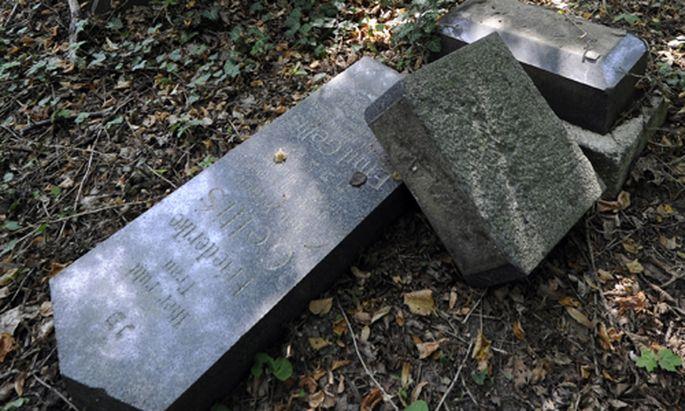 Geschändetes jüdisches Grab