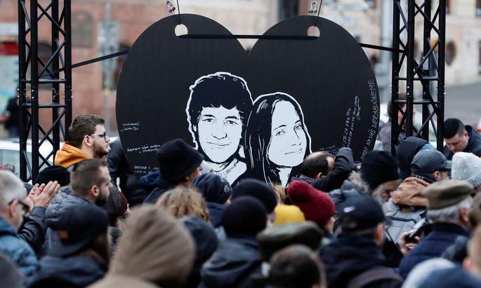 Menschen protestieren am zweiten Jahrestag der Ermordung von Jan Kuciak und seiner Verlobten Martina Kusnirova. (Archivbild von Februar 2020)