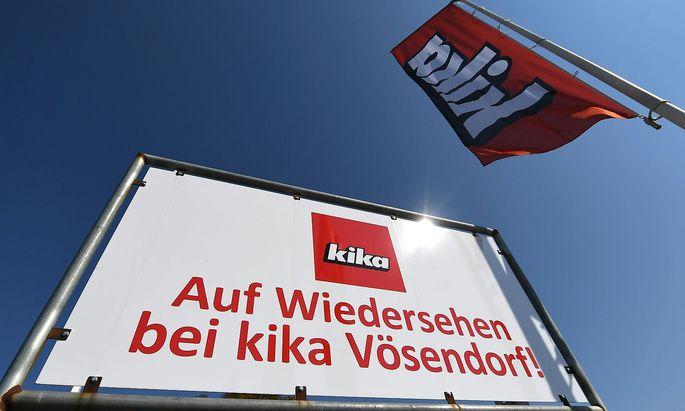 """Schild: """"Auf Widersehen bei kika Vösendorf"""""""
