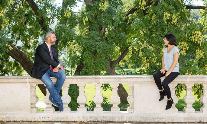 "FPÖ-Bundesobmann Norbert Hofer mit ""Presse""-Redakteurin Iris Bonavida. Das Gespräch fand im Burggarten statt, hinter dem Ausweichquartier des Parlaments."