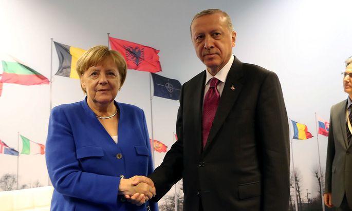Archivbild. Die deutsche Kanzlerin Angela Merkel wird während des Besuchs des türkischen Präsdienten Erdogan zwei Mal mit ihm zu Gesprächen zusammenkommen - nicht aber beim Staatsbankett.