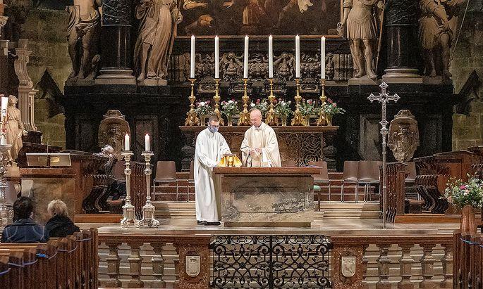 Archivbild vom Wiener Dompfarrer Toni Faber bei einer Messe im Stephansdom kurz nach dem ersten Lockdown im Frühling 2020.