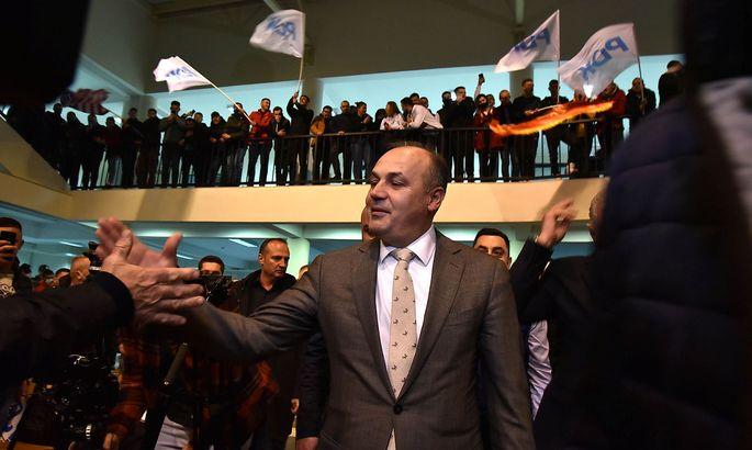 Der PDK-Spitzenkandidat und ehemalige Außenminister Enver Hoxhaj bei einer Wahlkampfveranstaltung.