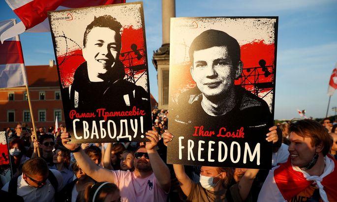 Die belarussische Minderheit in Warschau demonstriert für die Dissidenten Protassewitsch und Losik