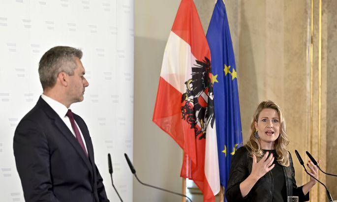 Karl Nehammer und Susanne Raab bei einer Pressekonferenz nach den Demo-Unruhen.