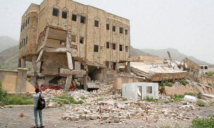 Spuren des Krieges. Ein Reporter fotografiert das Ergebnis eines saudischen Luftangriffes.