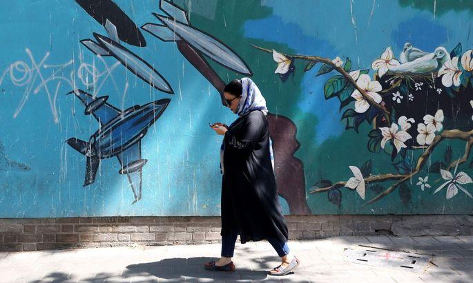 Noch sind die Kampfjets nur auf die Mauer gemalt, die die ehemalige Botschaft der USA in Teheran umgibt. Tauchen schon bald die echten US-Bomber auf?