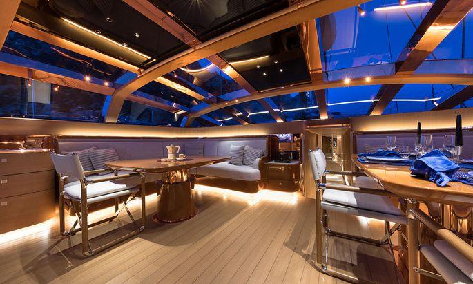 Anleihen beim Immobiliensegment: Viel Glas, edles Holz und Designermöbel dominieren das Interieur moderner Luxusjachten.