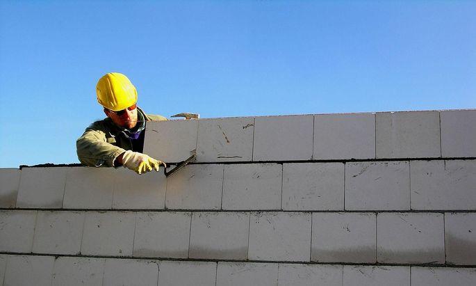 Bauarbeiter errichtet eine Ziegelmauer, McPBBO *** Construction worker builds brick wall, McPBBO McPBBO