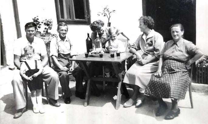 Sommer im Burgenland, Mitte der Fünfzigerjahre: Thomas (l., mit Sohn Martin) und Lena (2. v. r.) zu Besuch bei Verwandten in Klingenbach/Klimpuh.