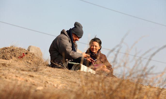 Wang Jingchun and Yong Mei spielen Eltern, die ihres Kinderglücks doppelt beraubt wurden.