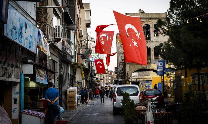 ISTANBUL Turkey 02 November 2015 Stadtviertel unterhalb des Galata Turm �ber dem Goldene Horn