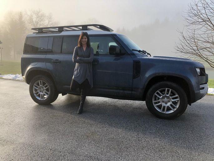 Österreichs Jurorin beim Women's World Car of the Year, Petra Walter, vor Land Rover Defender - das SUV gewann die diesjährige Wahl. Privat gehört Petra Walters Herz aber einem reschen BMW-Roadster.