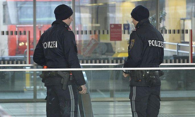 Polizisten am Westbahnhof.