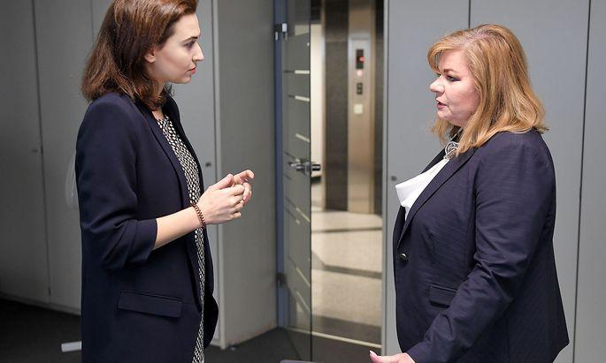 """Justizministerin Alma Zadic (li.) im Vorjahr bei einem Besuch """"ihrer"""" leitenden Korruptionsjägerin Ilse-Maria Vrabl-Sanda."""