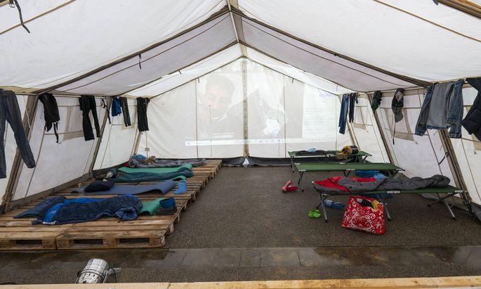 Symbolbild: Nachbau eines Flüchtlingszelts