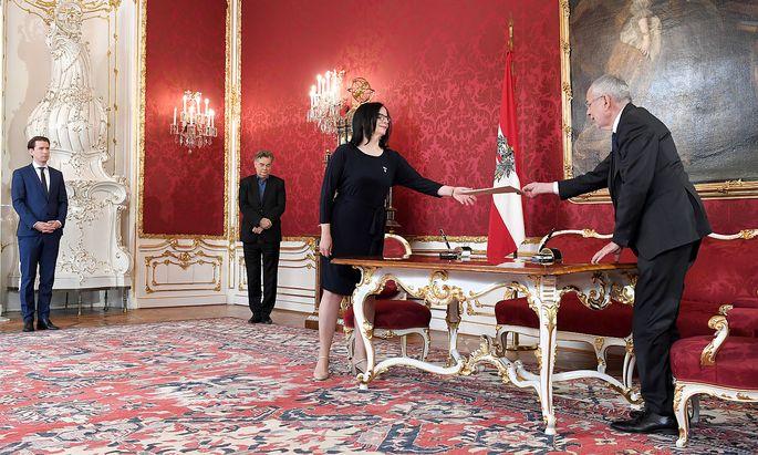 Andrea Mayer wurde am Mittwoch von ihrem ehemaligen Chef Alexander Van der Bellen als Kulturstaatssekretärin angelobt, Sebastian Kurz und Werner Kogler sahen zu.