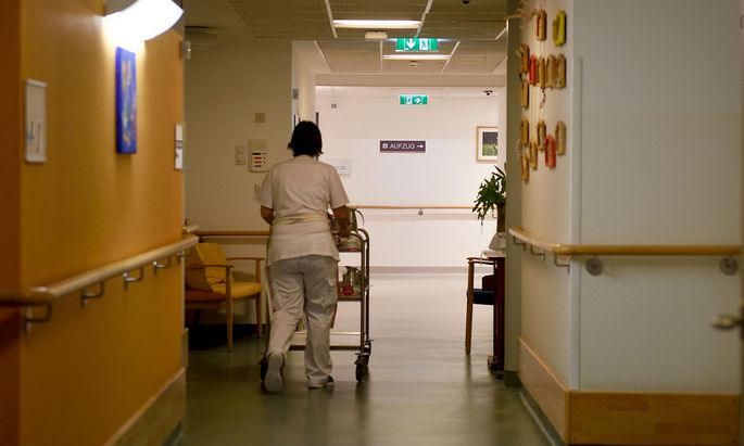 Archivbild. Angestellte in öffentlichen Pflegeheimen sind von der Covid-Impfung laut Gewerkschaft noch nicht überzeugt.