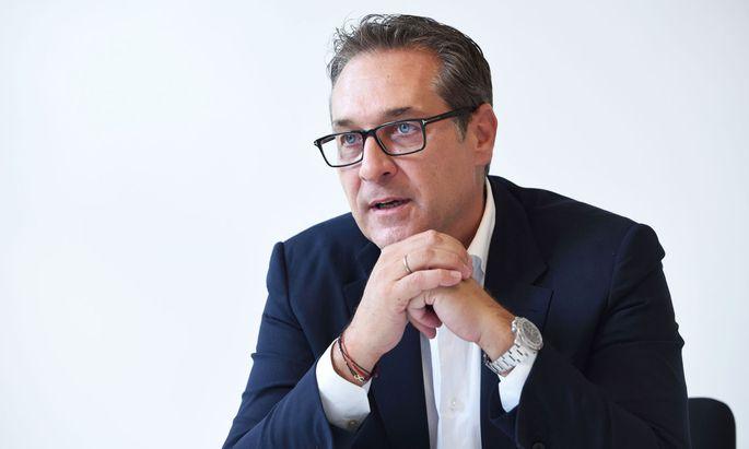 Strache soll ab September bei der Kyatt-Gruppe Immobilien Entwicklung des ehemaligen FPÖ-Sekretärs Siegmund Kalbacher in Baden tätig sein.