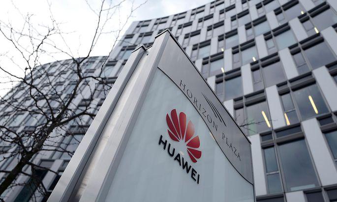 Logo von Huawei vor der Niederlassung des Konzerns in Warschau