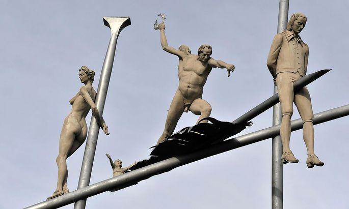 Hölderlin im Kreisverkehr. Denkmal von Peter Lenk in Hölderlins Geburtsort, Lauffen am Neckar.