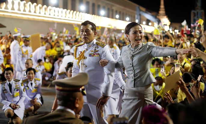 Maha Vajiralongkorn und Königin Suthida grüßen die Unterstützer vor dem Großen Palast in Bangkok.