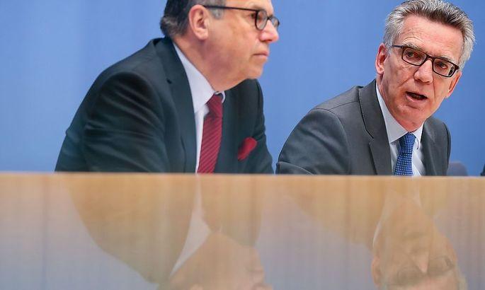 Frank-Jürgen Weise vom Bundesamt für Migration und Flüchtlinge und Innenminister Thomas de Maiziere präsentieren aktuelle Zahlen der Asylsuchenden in Deutschland.