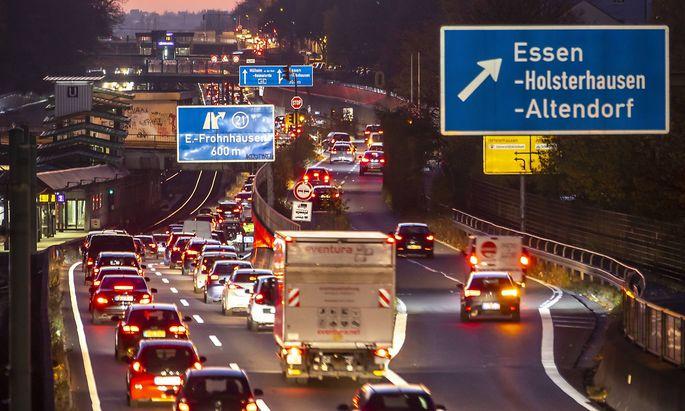 Autobahn A40 Ruhrschnellweg in Essen Strecke mitten durch die Innenstadt ist von einem moeglichen