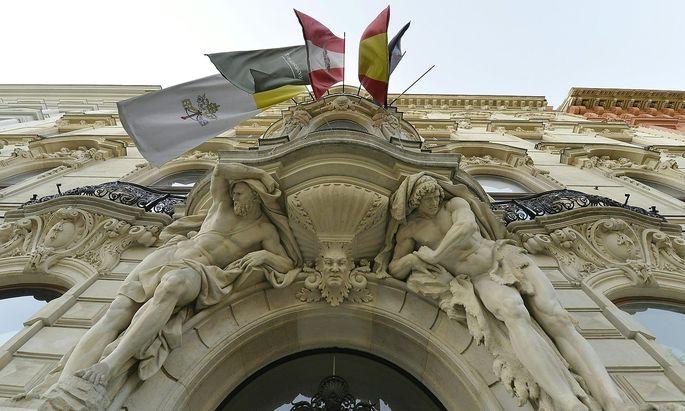 Am Portal des König-Abdullah-Zentrums am Wiener Schottenring hängt noch die österreichische Flagge.