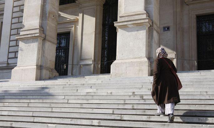 Muslimische Studentin vor der Uni