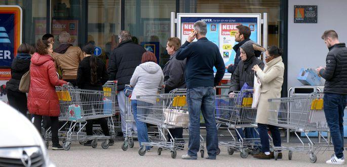 Wartende Kunden vor einer Hofer-Filiale in Wien. Die Nachfrage nach Toilettenpapier, Nudeln und Mehl ist vielfach besonders groß.