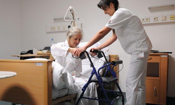 Von den aktuell getroffenen Maßnahmen sind zahlreiche Pflegekräfte aus Nachbarländern Österreichs betroffen.