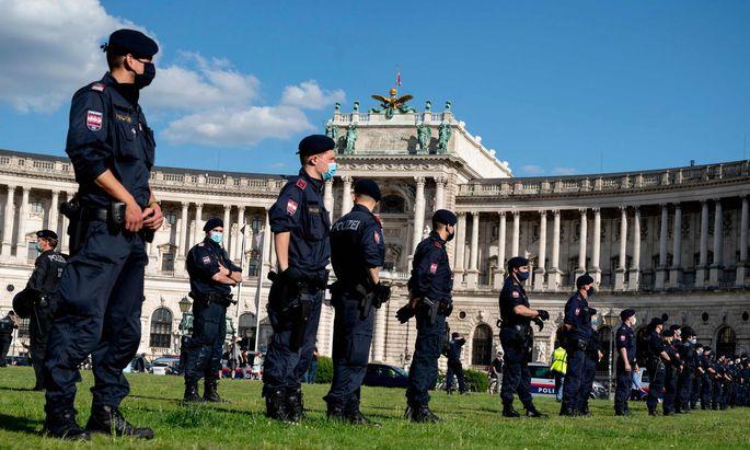 Im Rahmen weltweiter Proteste gegen Rassismus und Polizeigewalt steht auch Österreichs Exekutive auf dem Prüfstand (Bild: Beamte trennen Teilnehmer einer FPÖ-Kundgebung gegen die Corona-Maßnahmen von linken Demonstranten vor der Wiener Hofburg).