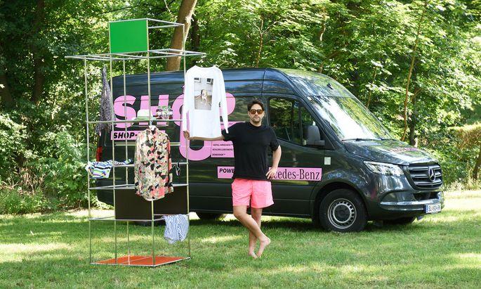 """Mit-Organisator Georg Buchegger vor dem """"Shop up""""-Store."""
