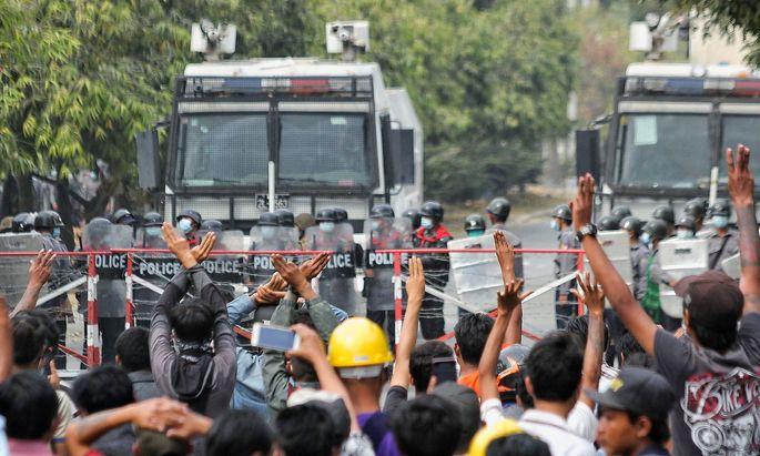 In der Stadt Mandalay schoss die Polizei auf die Demonstranten.