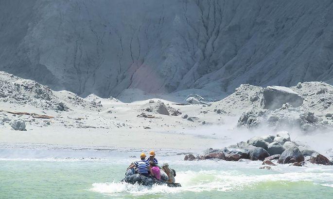 Überlebende Touristen werden auf Schlauchbooten in Sicherheit gebracht.