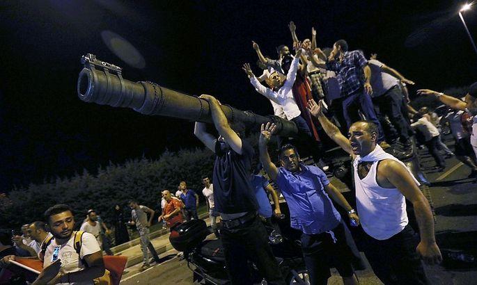 Demonstranten besetzen beim Istanbuler Flughafen einen Panzer der Armee