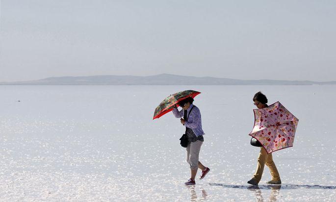 Zwei Touristen spazieren durch den Tuz Gölü