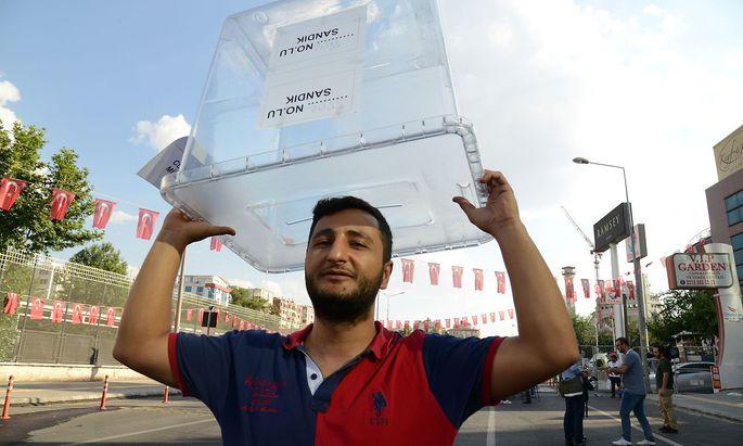 Ein Wahlhelfer mit einer leeren Wahlurne bei den den türkischen Präsidenschafts- und Parlamentswahlen.