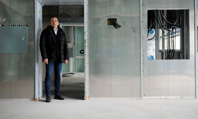 Wolfgang Strenn vor den EMV- Schirmungen im OP.