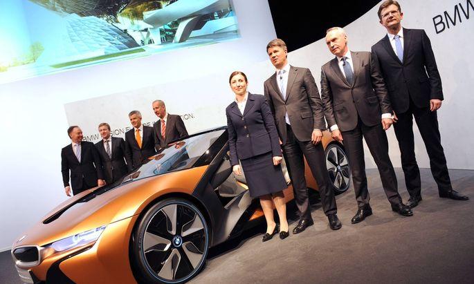 Vorstandsmitglieder posieren an einem BMW i Vision-Konzeptcar
