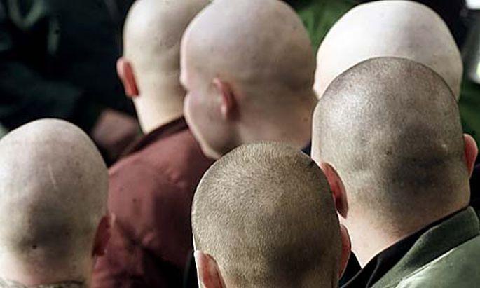 Russische Skinheads stuermen Konzert