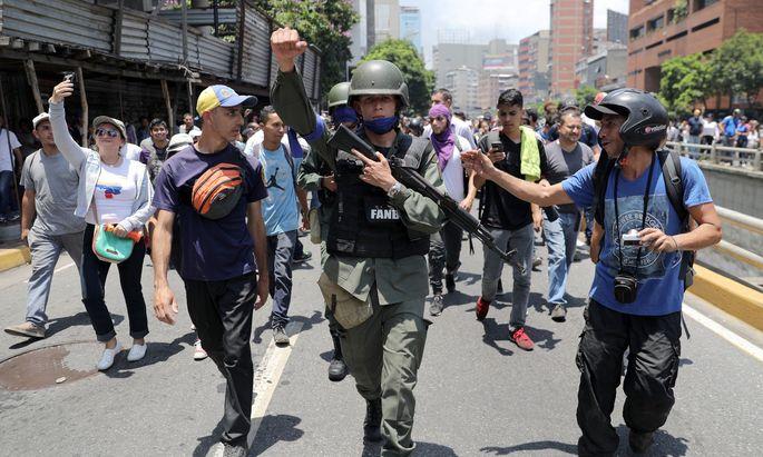 Etwa 40 Soldaten sollen Guaidó bei der Kundgebung begleitetet haben