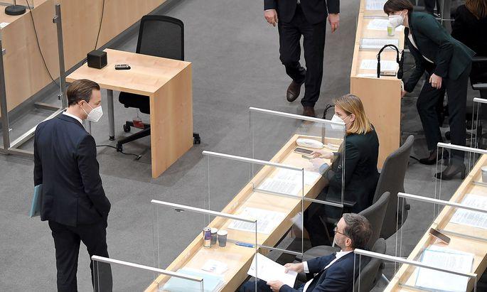 Gernot Blümel im Parlament im Visier von Herbert Kickl und Beate Meinl-Reisinger.