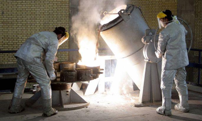 Archivbild von 2005: Arbeiter portionieren flüssigen Rohstoff zur Urananreicherung, Iran