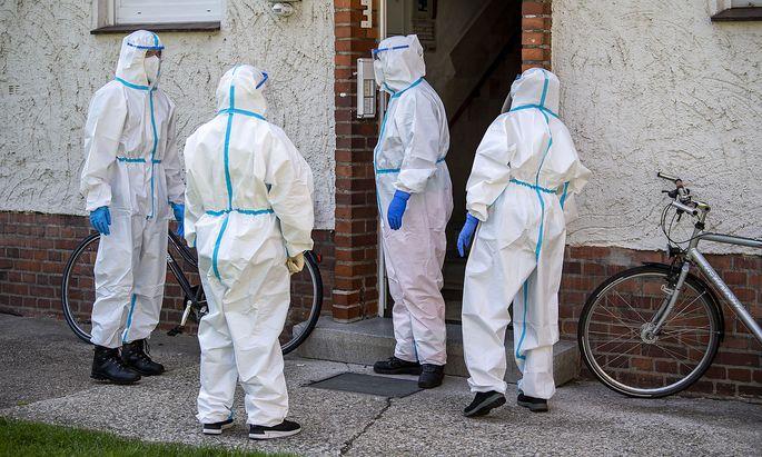 In einem Wohnhaus bei Rheda-Wiedenbrück testen Mitarbeiter des Roten Kreuzes auf Sars-Cov-2.