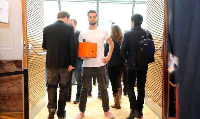 Philipp Baumgaertel (l.) will am Pioneers möglichst vielen Menschen von dem orangefarbenen Server in seiner Hand erzählen.