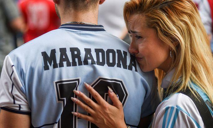 In Argentinien herrscht Staatstrauer, denn Diego Maradona war mehr als nur ein Fußballstar. Die Nummer 10 war ein ungeheuer populärer Liebling der Massen.