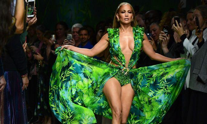 """Jennifer Lopez kann sich auch 19 Jahre später im """"Dschungel""""-Kleid sehen lassen."""