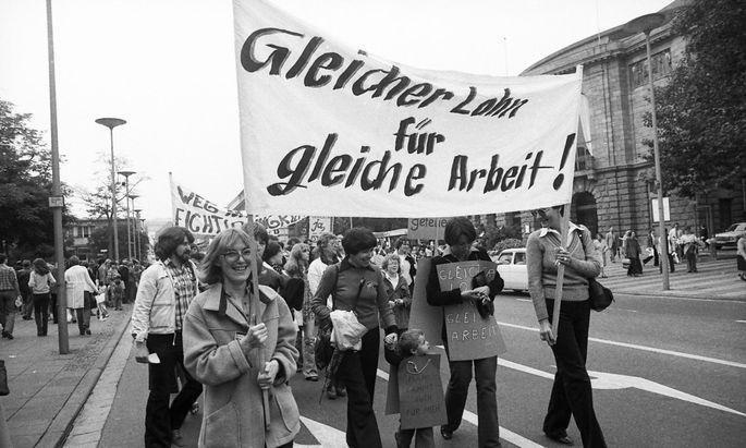 DGB Frauendemonstration fuer gleichen Lohn 1978 DEU Deutschland Mainz Mehrere tausend Frauen und